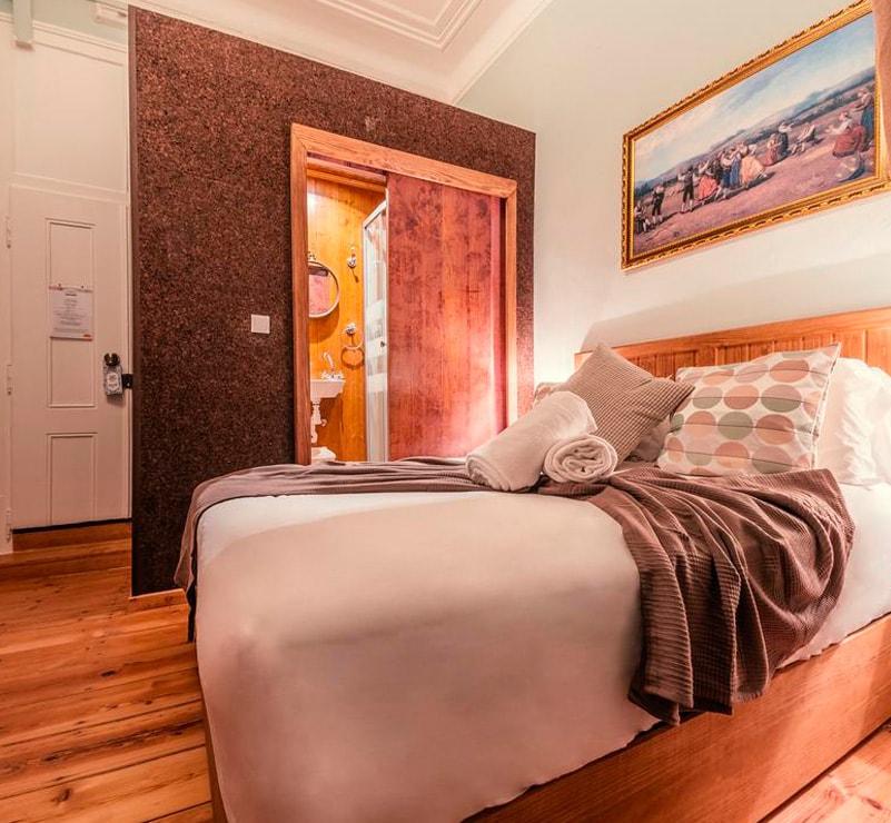 Box WC no quarto, interior em madeira e exterior em cortiça. Porta em MDF com impressão directa e tratamento LED UV
