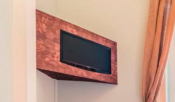 Caixa para colocação de TV em cortiça