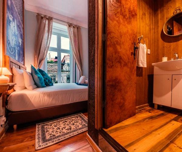Vista do WC, decorado no interior em madeira. Porta em MDF com impressão directa e tratamento LED UV