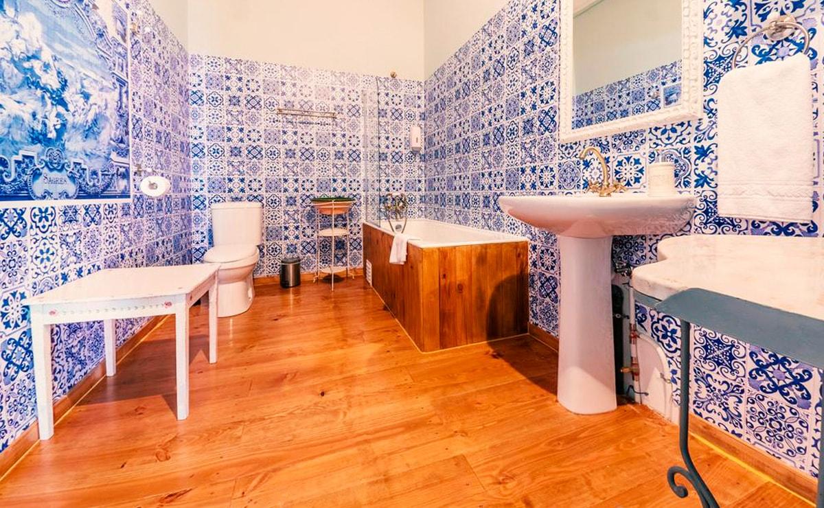 Casa de banho renovada, com aplicação de madeiras e painéis dibond laminados a imitar azulejos